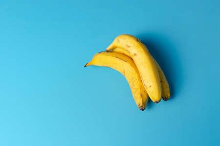 Bananas on blue background, Bananas isolated, springable. Foto de archivo
