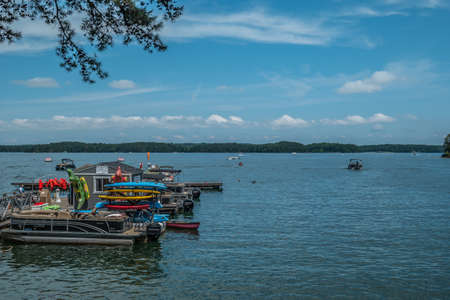At lake lanier, Georgia with boat rentals and watersports of all kinds and plenty of activity on the water on a bright sunny day in summertime 版權商用圖片