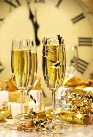 brindisi champagne: I vetri di Champagne aspettano per portare durante il nuovo anno Archivio Fotografico