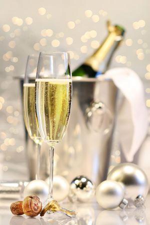 Zilver champagne partij met glinsterende lampjes in de achtergrond Stockfoto