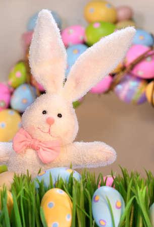wit konijn: Wit konijn met gekleurde eieren voor Pasen