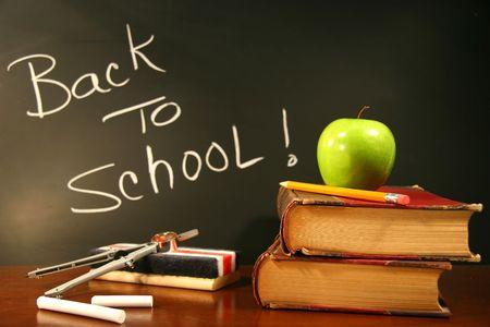 escuela primaria: Escuela de libros en mostrador con manzana
