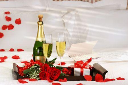 brindis champan: Champagne en la cama para celebrar el D�a de San Valent�n