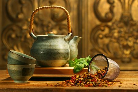 Asian herb tea on an old rustic table Imagens