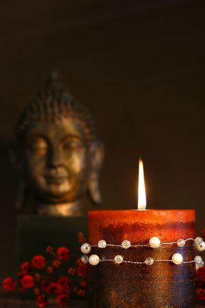 cabeza de buda: Zen vela estatua de buda y con fondo oscuro