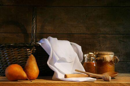 tissu blanc: Deux poires dans le tissu blanc sur une table en bois Banque d'images
