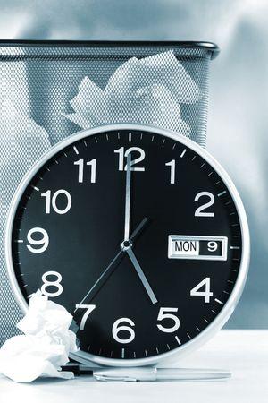 waste paper: Reloj tiempo que muestra con residuos de papel en la canasta b�sica  Blue tono