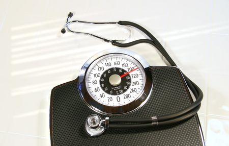 Peso escala con estetoscopio en blanco de azulejos y baldosas  Foto de archivo - 2639271