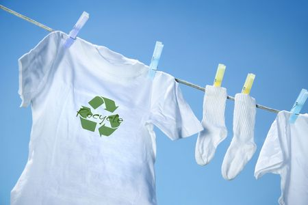 recycle logo: T-shirt with recycle logo drying on clothesline on a  summer day