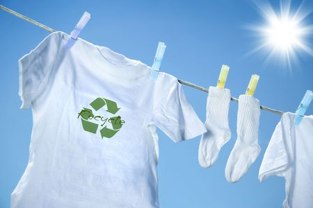 T-shirt with recycle logo drying on clothesline on a hot summer day 版權商用圖片