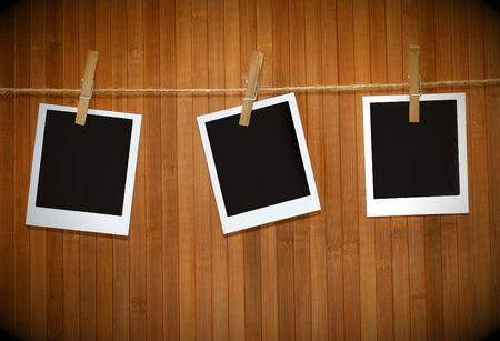 hintergr�nde: Polaroid-Bilder gegen Holz Hintergrund