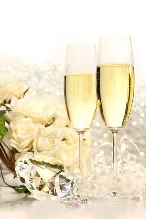 festividades: Champagne gafas listo para fiestas de boda con rosas