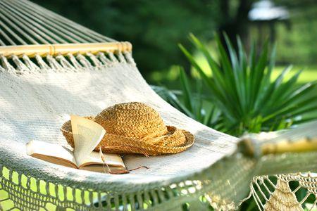 ハンモック、本、帽子、日当たりの良い夏の日に眼鏡 写真素材