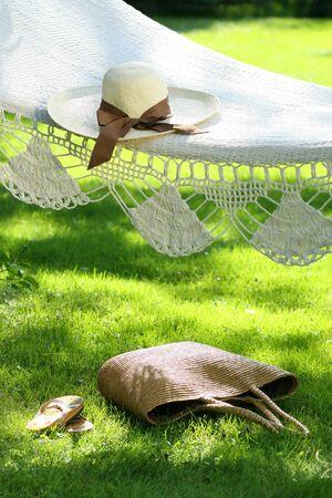 sandal tree: Sombrero de paja con cinta marr�n en verano, por la que se hamaca