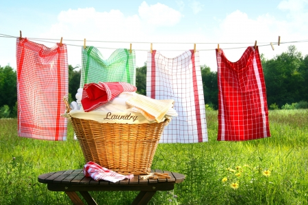 handt�cher: Handt�cher, die auf die Clothesline mit W�scherei Korb Trocknung Lizenzfreie Bilder