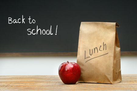 mochila escolar: Papel en la bolsa del almuerzo escritorio con manzana