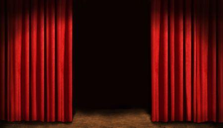 Rode gordijnen en donkere achtergrond Stockfoto