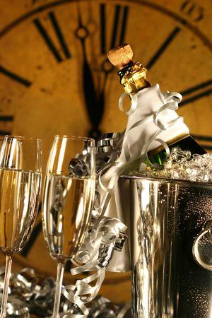 festividades: Champagne en el cubo con gafas listo para las festividades de A�o Nuevo
