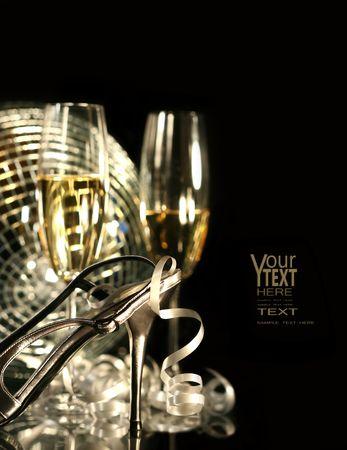 Partij zilveren schoen met glazen champagne op zwart