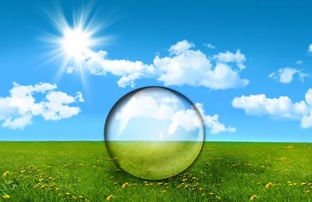 esfera de cristal: Esfera de cristal en un campo de hierba alta