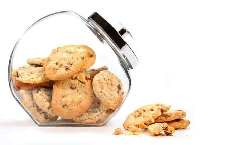 galleta de chocolate: Frasco de vidrio con las galletas sobre un fondo blanco