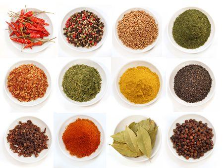 especias: Gran variedad de especias para sazonar en tazones Foto de archivo
