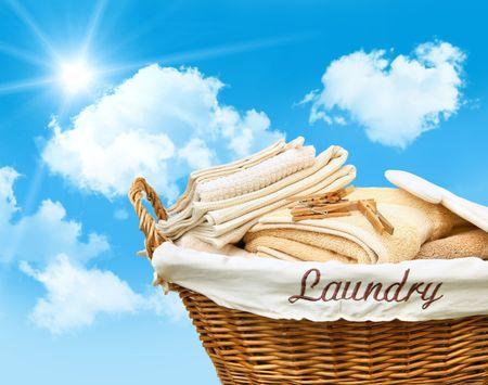 Wasmand met handdoeken tegen een blauwe hemel