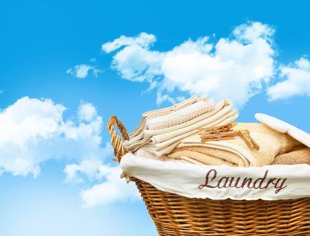 lavanderia: Canasta de lavander�a con toallas contra un cielo azul