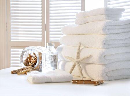tissu blanc: Fluffy serviettes blanches sur la table avec des portes de l'obturateur Banque d'images