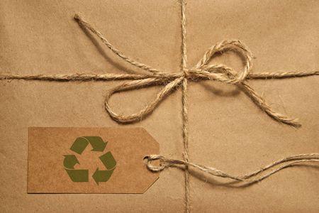 Parcela de envío marrón empatado con cordeles y una etiqueta de envío en blanco para el espacio de copia  Foto de archivo - 5942325