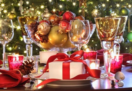 cena navide�a: Configuraci�n de tabla de vacaciones elegante con regalo de cinta roja