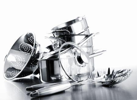 utensilios de cocina: Pila de ollas y sartenes sobre un fondo blanco Foto de archivo