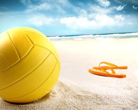 voleibol: Voleibol en la arena con sandalias en la playa