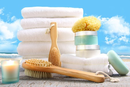 White towels with bath accessories at the beach Zdjęcie Seryjne