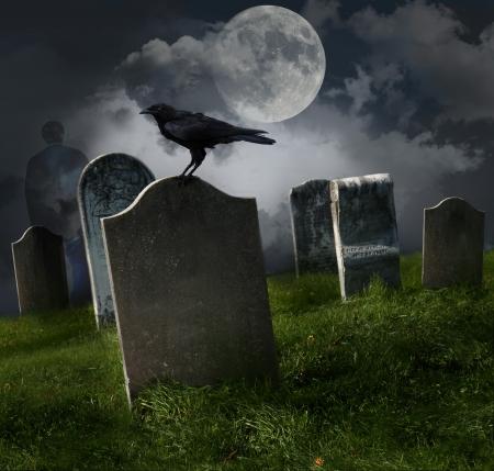 Begraafplaats met oude graf stenen, maan en zwarte raaf