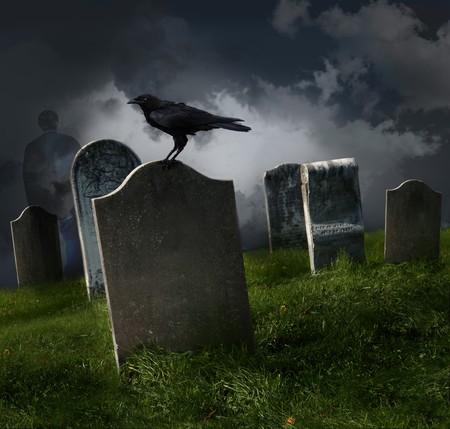 corbeau: Cimeti�re avec les vieilles pierres tombales et corbeau noir