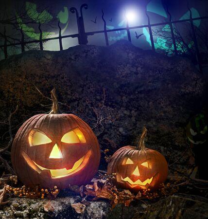 citrouille halloween: Halloween citrouilles sur les roches dans une for�t de nuit  Banque d'images