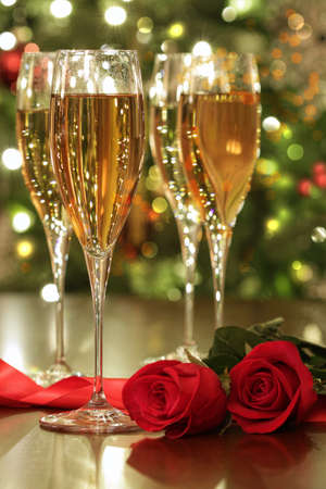 Glasses of champagne and red roses with festive background Standard-Bild