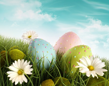 greenfield: Three decorated easter eggs in the grass with daisies  Stock Photo