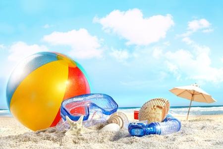 Leuke dag op het strand met bril en strandbal Stockfoto
