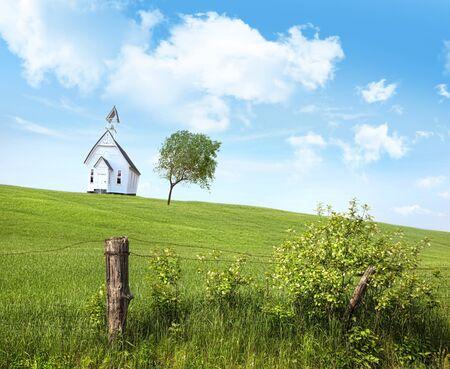 school house: Pa�s de Old school house en una colina contra un cielo azul