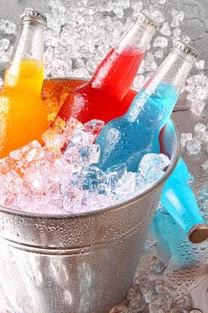 ice crushed: Flessen koeler drankjes met ijs op roestvrij staal teller