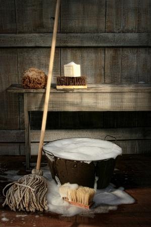 dweilen: Oude wassen emmer met dweil en borstels  Vintage look Stockfoto