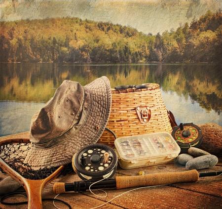 デッキはビンテージの外観で釣り機器をフライします。 写真素材