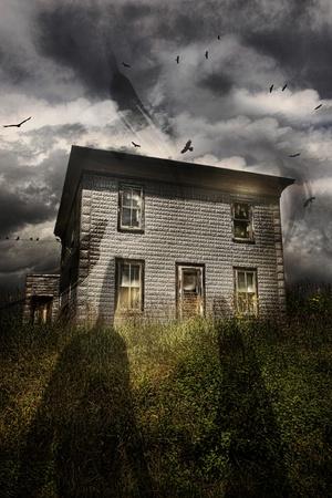 Oud verlaten huis met vliegende spoken