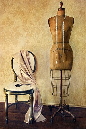 mannequin: Formulaire de robe antique et chaise avec look vintage