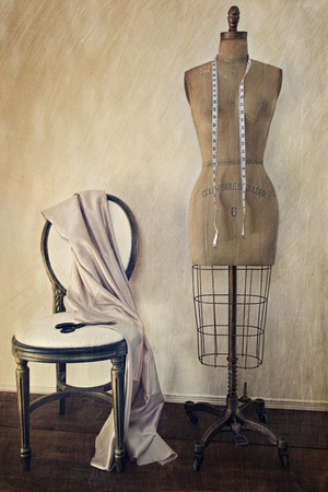 mannequin: Abito forma antica e sedia con look vintage
