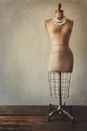sew: Antieke paspop met een vintage look achtergrond Stockfoto