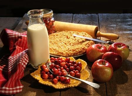 szarlotka: Świeżo pieczone jabłko i ciasto z żurawiny