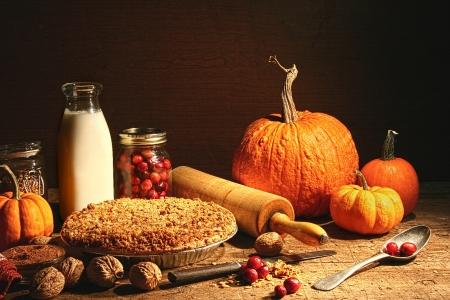 秋の果物の静物とテーブルの上にパイを崩れると